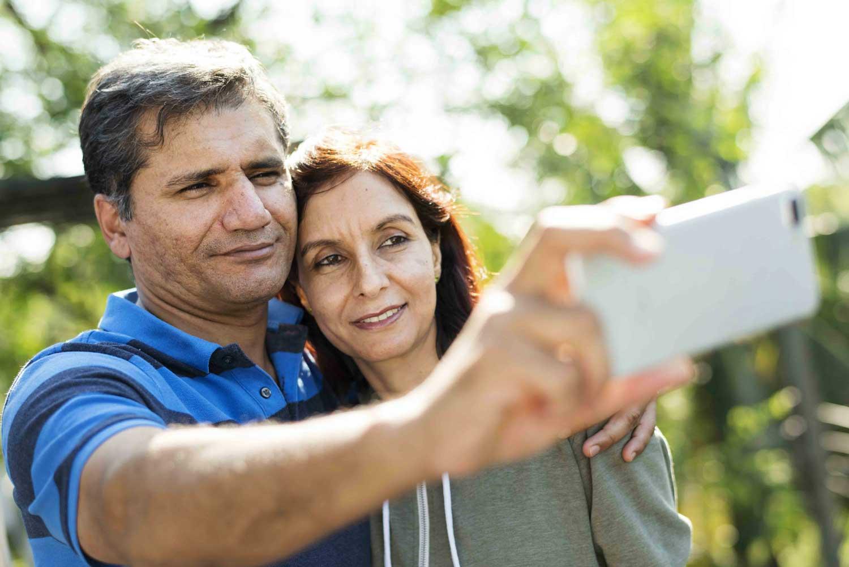 couple envoyant une photo à ses enfants